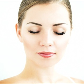 """Plutôt chaude ou plutôt froide ou bien encore neutre? Définir la tonalité de sa peau est très important pour ensuite choisir la bonne teinte de maquillage du teint.  Découvrez sur notre blog tous nos conseils pour définir au mieux votre ton de peau et choisir la teinte la plus adaptée pour vous.  Retrouver l'article """"Toutes les astuces pour déterminer votre tonalité de peau dans notre blog"""" (lien en bio).  Et vous quelle est votre tonalité de peau?  #eye_care_cosmetics #haute tolérance #peausensible #maquillageduteint #tonalitedepeau #teinteparfaite"""