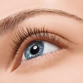 """Vos cils et sourcils sont de plus en plus fins, voir même tombent et se font rares.  Cela est souvent temporaire, mais pas toujours bien vécu.  Découvrez tous nos quelques conseils pour vous accompagner pendant cette période dans notre article de blog """"Mes cils et sourcils tombent, que faire?"""". Le lien vers l'article est dans la bio.  Et vous, êtes-vous concernée par le problème?  """"eye_care_cosmetics #yeuxsensibles #hautetolérance #chutecils #cilsfins #cilsplusdense #soindescils"""
