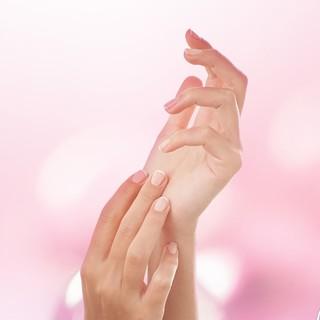 Vos mains ont besoin d'autant d'attention et de soin que votre visage. C'est pour cela que chez Eye Care Cosmetics, nous y prêtons une attention toute particulière pour vous proposer des produits sûrs et efficaces répondants à tous vos besoins. Hydratation et nutrition des mains avec notre soin Aqualiss, protection et fortification avec nos différents soins des ongles et nos vernis de maquillage disponibles dans une large gamme de teintes. Que vous ongles soient secs, cassants, mous, dédoublés, striés... ils trouverons une réponse haute tolérance adaptée.  Et vous que recherchez-vous pour prendre soin de vos mains?  #eye_care_cosmetics #soindesongles #aqualiss #traitantdurcisseur #striesongles #onglescassants #onglesmous #hautetolerance
